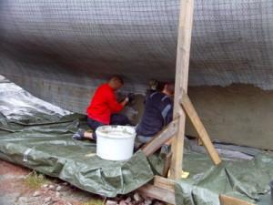 Der Zement wird aufgebracht und bis auf den Grund einmassiert