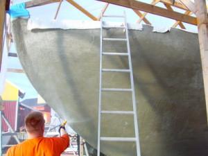 Der frische Zement wird nach dem ersten Setzen feucht gehalten